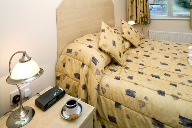 Selborne-Court-Short-Stay-Apartments-Bracknell-UK-corporate-accommodation-–-comfortable-bedroom-|-Urban-Stay