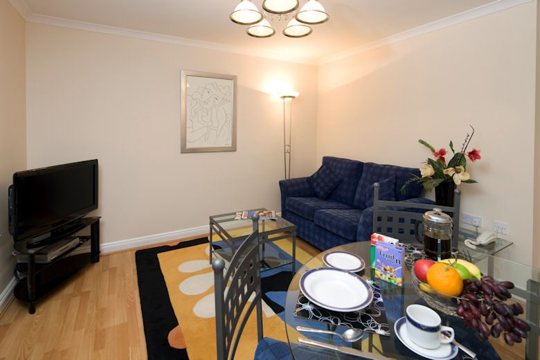Selborne-Court-Short-Stay-Apartments-Bracknell-UK-corporate-accommodation-–-living-room-wood-flooring-|-Urban-Stay