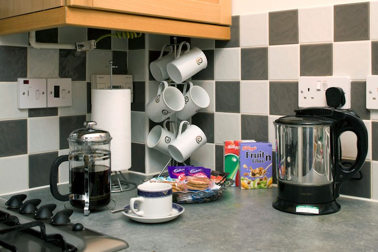 Selborne-Court-Short-Stay-Apartments-Bracknell-UK-corporate-accommodation-–-kitchen-|-Urban-Stay
