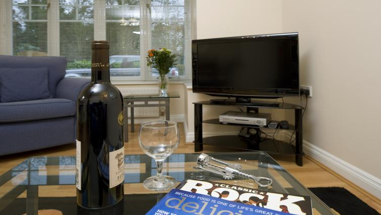 Selborne-Court-Short-Stay-Apartments-Bracknell-UK-corporate-accommodation-–-living-room-|-Urban-Stay