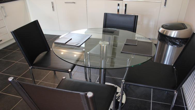 Serviced-Accommodation-Maidenhead-UK---dining-area