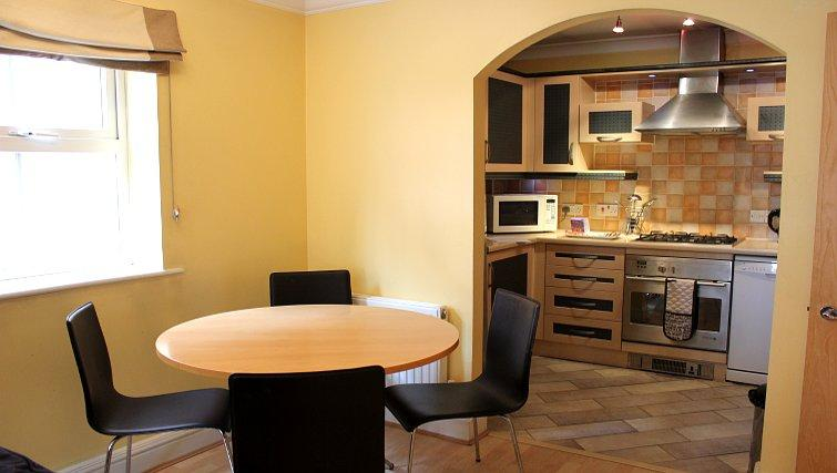 Serviced-Accommodation-Reading-Short-Stay-Apartments-Stanshawe-Court-kitchen-and-dining-area