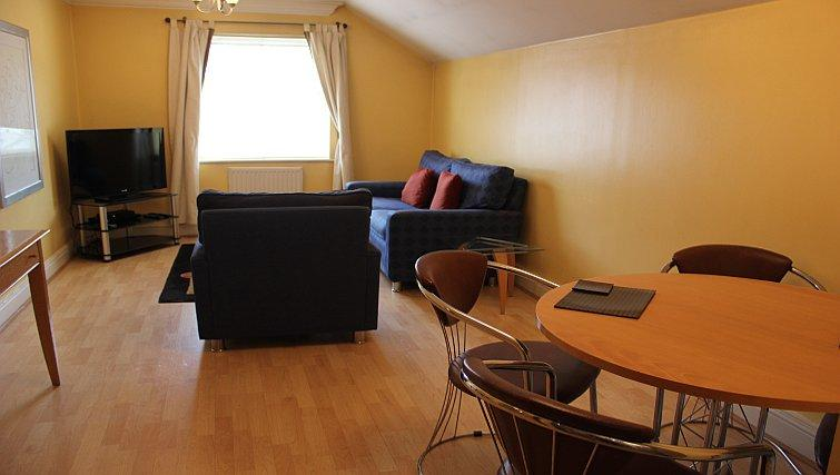 Serviced-Accommodation-Reading-Short-Stay-Apartments-Stanshawe-Court-living-and-dining-area