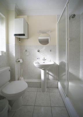 Short-Stay-Apartments-Reading-corporate-serviced-apartments-UK---Tamesis-Place-modern-bathroom-|-Urban-Stay