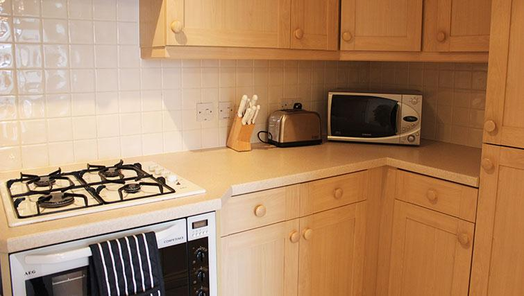 Short-Stay-Apartments-Reading-corporate-serviced-apartments-UK---Tamesis-Place-kitchen-|-Urban-Stay