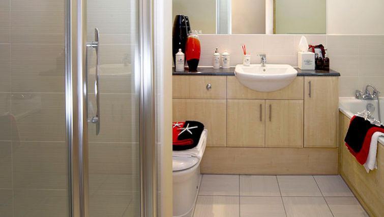 Serviced-Accommodation-Maidenhead-UK---modern-bathroom