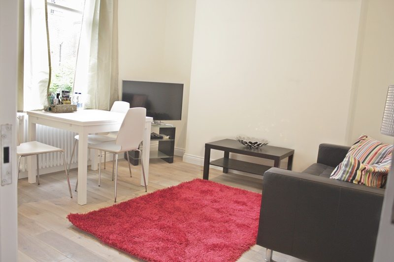 Cambridge-Gardens-Serviced-Accommodation-Notting-Hill-London---Urban-Stay---living-room-high-ceilings