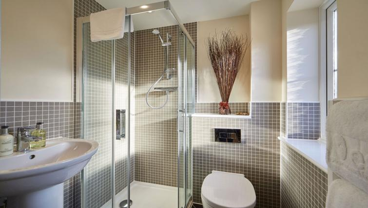 Harcourt Place Oxford Serviced Apartments UK - Urban Stay corporate accommodation - bathroom 2
