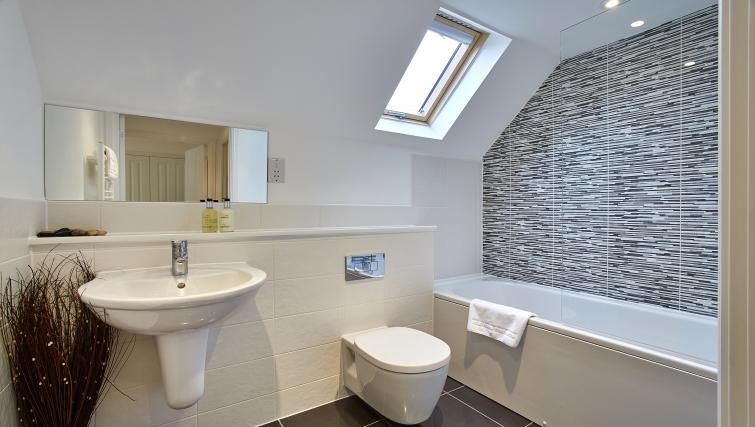 Harcourt Place Oxford Serviced Apartments UK - Urban Stay corporate accommodation - bathroom 3