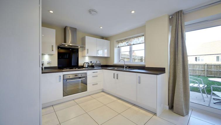 Harcourt Place Oxford Serviced Apartments UK - Urban Stay corporate accommodation - kitchen