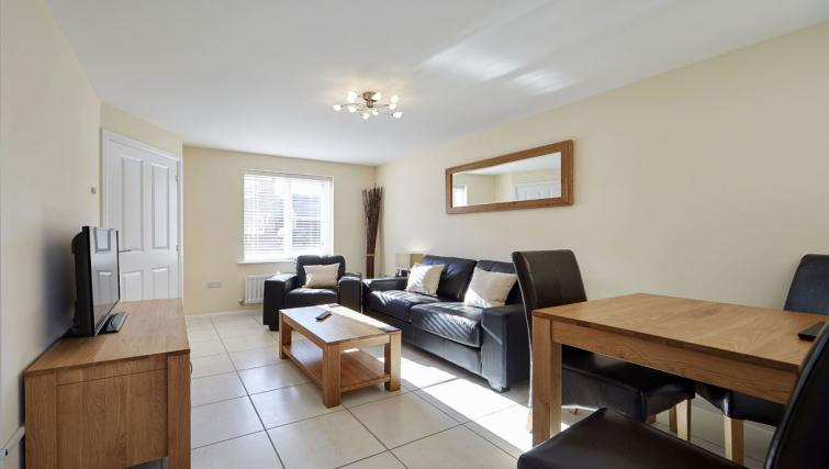 Harcourt Place Oxford Serviced Apartments UK - Urban Stay corporate accommodation - living room 2