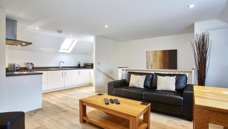 Harcourt Place Oxford Serviced Apartments UK - Urban Stay corporate accommodation - living room