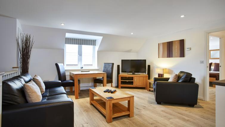 Harcourt Place Oxford Serviced Apartments UK - Urban Stay corporate accommodation - living room 3