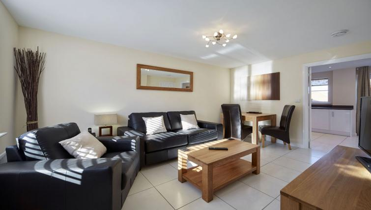 Harcourt Place Oxford Serviced Apartments UK - Urban Stay corporate accommodation - living room 4
