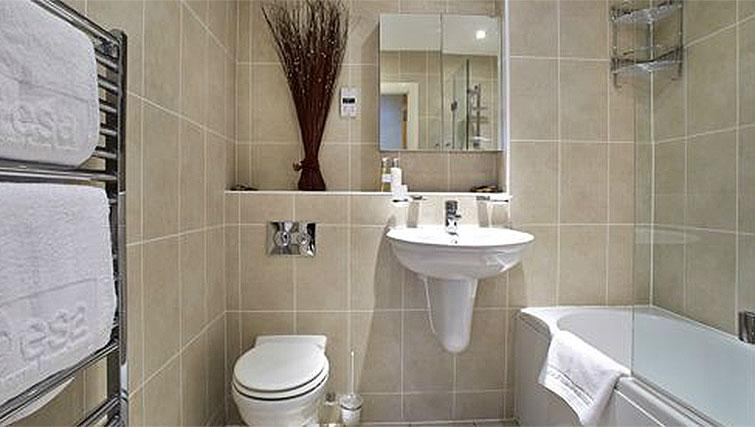 Hillcrest-Court-Guildford-Serviced-Apartments-UK---Urban-Stay---bathroom