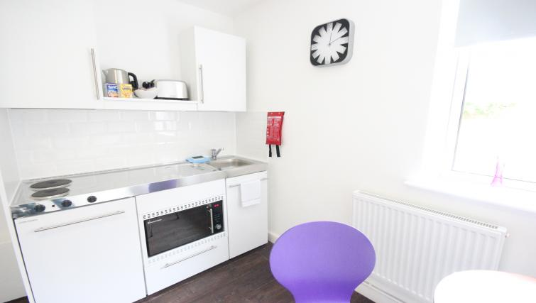 Park-House-Luton-Serviced-Apartments-UK---Urban-Stay-corporate-accommodation---kitchen-2
