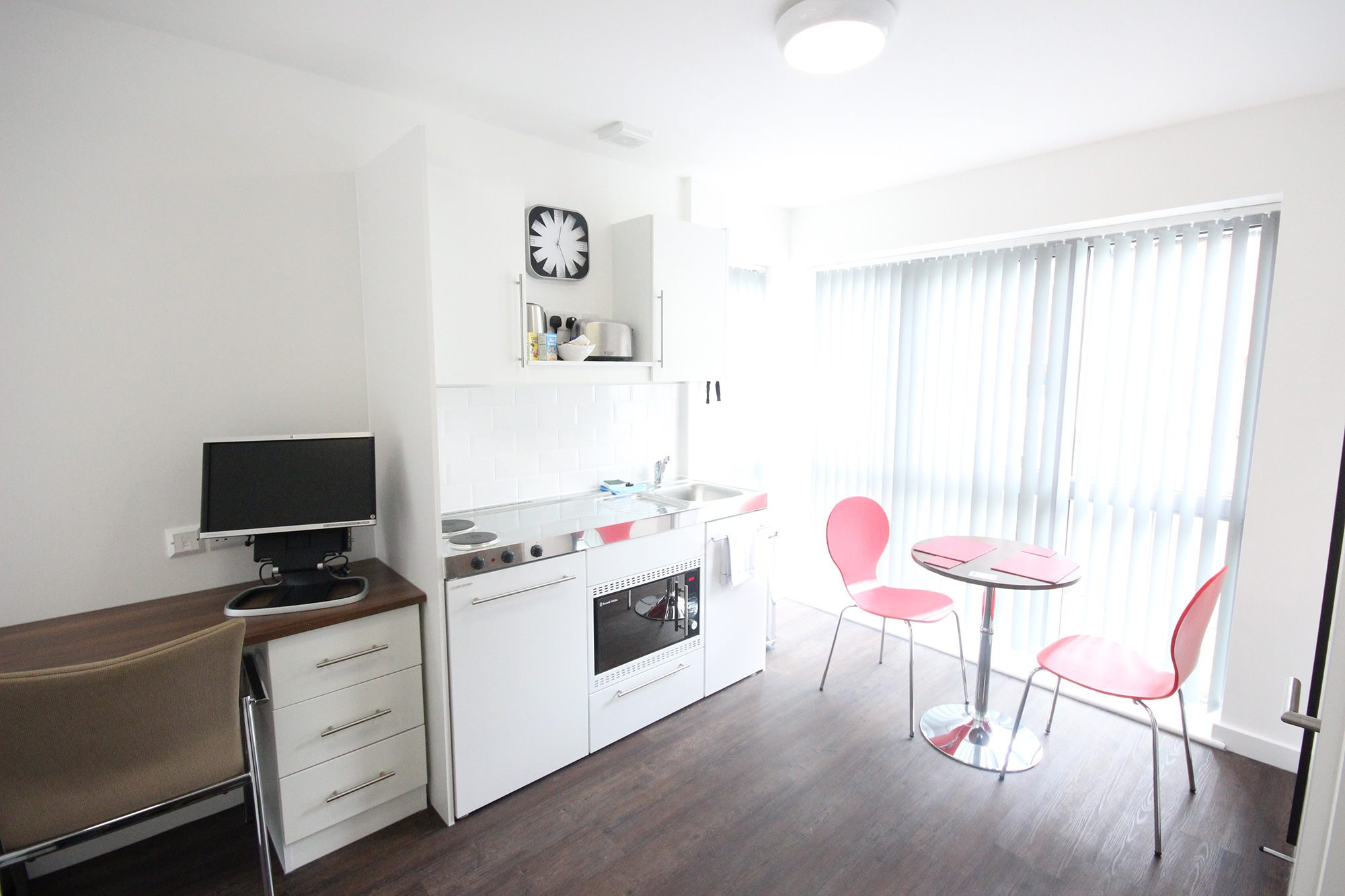 Park-House-Luton-Serviced-Apartments-UK---Urban-Stay-corporate-accommodation---kitchen-and-dining-area