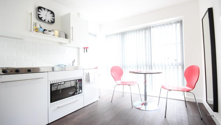 Park-House-Luton-Serviced-Apartments-UK---Urban-Stay-corporate-accommodation---kitchen