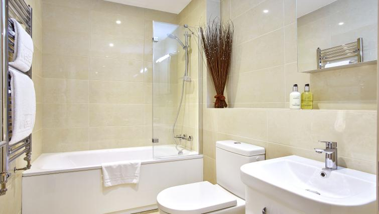 Pembroke-House-Serviced-Apartments-Southampton-UK---Urban-Stay---bathroom