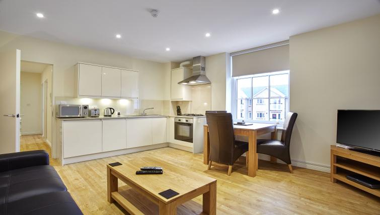 Pembroke-House-Serviced-Apartments-Southampton-UK---Urban-Stay---kitchen-and-dining-room