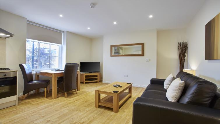 Pembroke-House-Serviced-Apartments-Southampton-UK---Urban-Stay---living-room