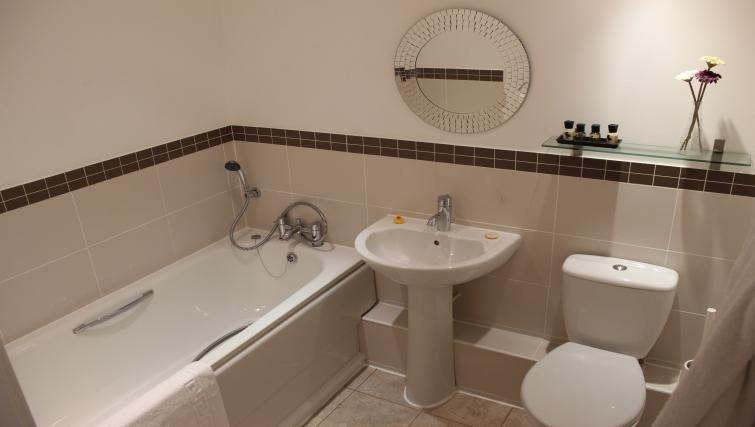 The-Academy-Corporate-Accommodation-Luton---Urban-Stay-Serviced-Apartments-UK---bathroom-2