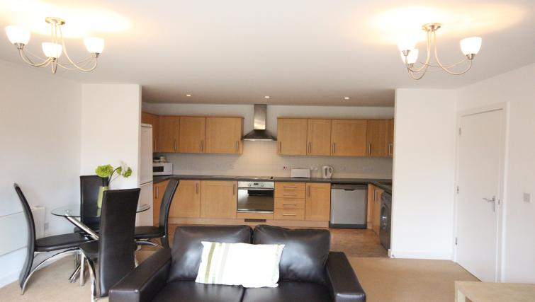 The-Academy-Corporate-Accommodation-Luton---Urban-Stay-Serviced-Apartments-UK---kitchen-2