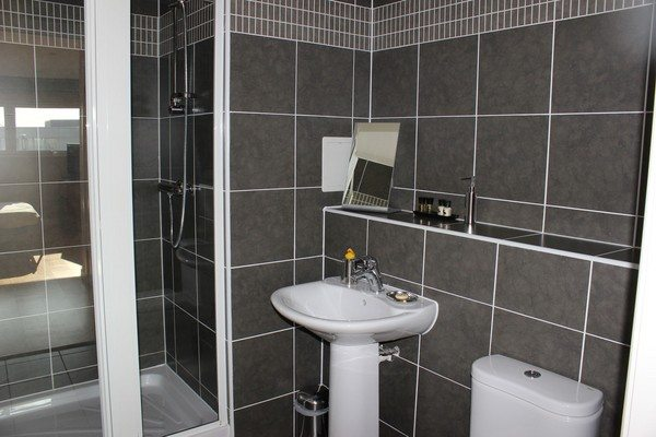 Theatre-District-Serviced-Apartments-Milton-Keynes-UK---Urban-Stay-corporate-accommodation---bathroom-2