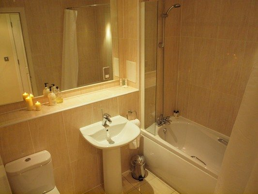 Theatre-District-Serviced-Apartments-Milton-Keynes-UK---Urban-Stay-corporate-accommodation---bathroom