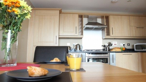 Theatre-District-Serviced-Apartments-Milton-Keynes-UK---Urban-Stay-corporate-accommodation---kitchen-2