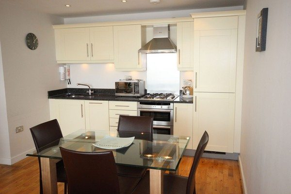 Theatre-District-Serviced-Apartments-Milton-Keynes-UK---Urban-Stay-corporate-accommodation---kitchen-3