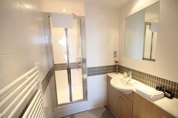 Vizion-Short-Stay-Apartments-Milton-Keynes-UK---Urban-Stay-corporate-accommodation---bathroom-2
