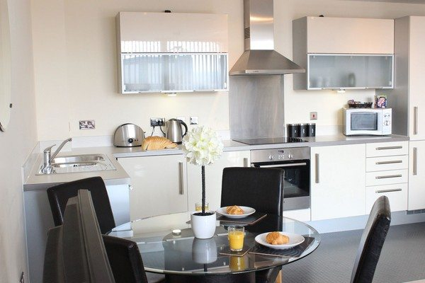 Vizion-Short-Stay-Apartments-Milton-Keynes-UK---Urban-Stay-corporate-accommodation---kitchen-6