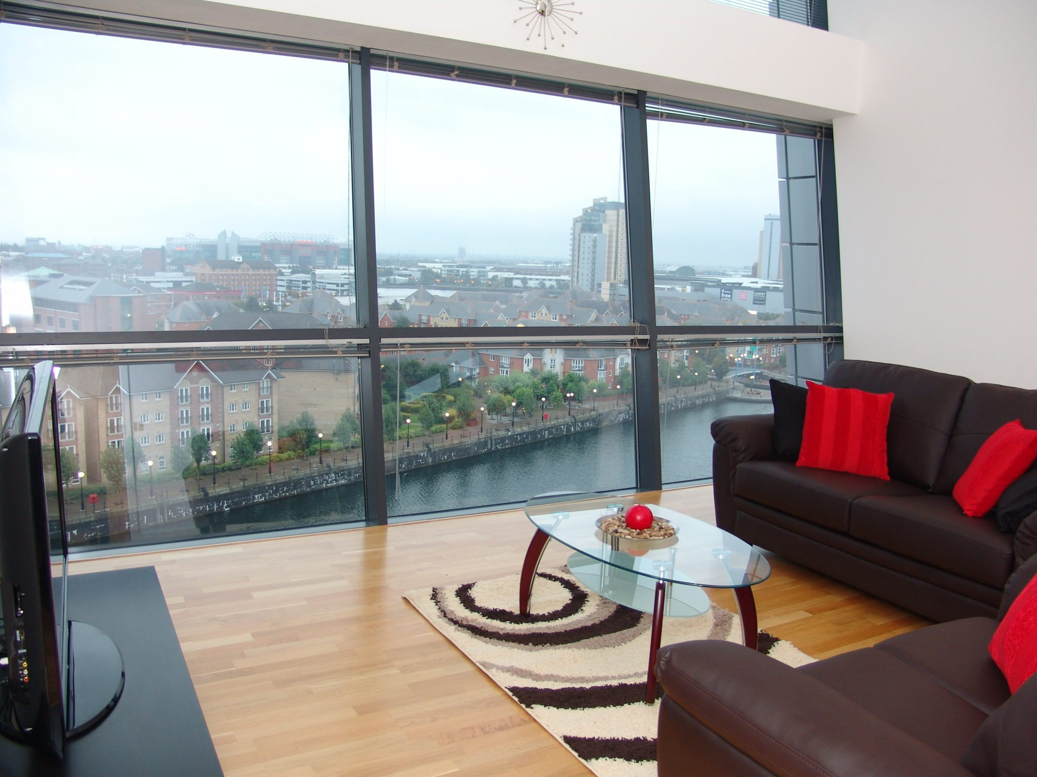 Serviced-Apartments-Manchester---Salford-Quays-Corporate-Accommodation-UK---Self-catering-accommodation-Manchester-–-Cheap-Airbnb-–-Free-Wifi-–-Parking-available-|-Urban-Stay