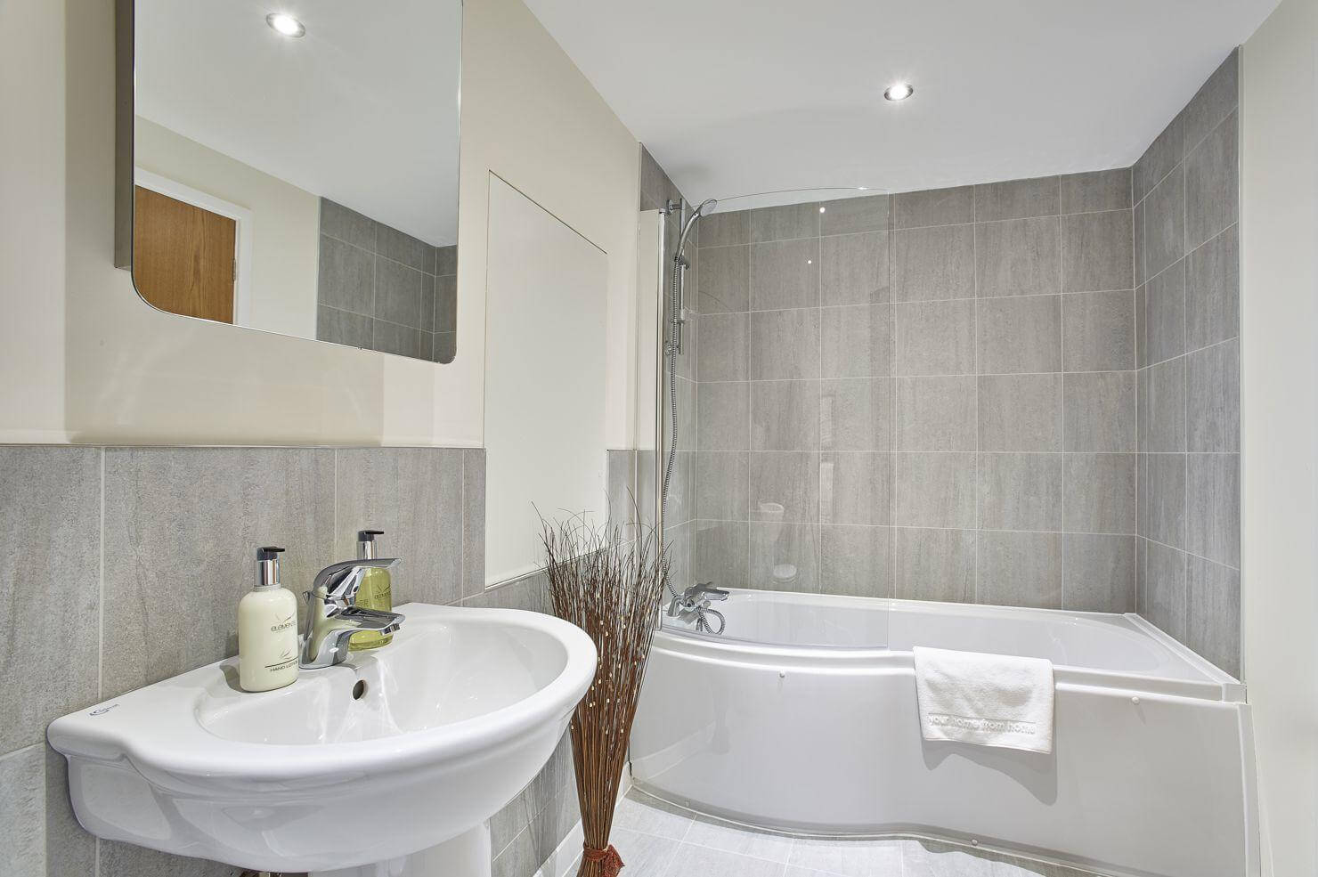Serviced-Accommodation-St-Andrews-Road---Jupiter-Heights-London-Available-Now!-Book-Corporate-Serviced-Apartments-in-West-London!-Parking-Available!