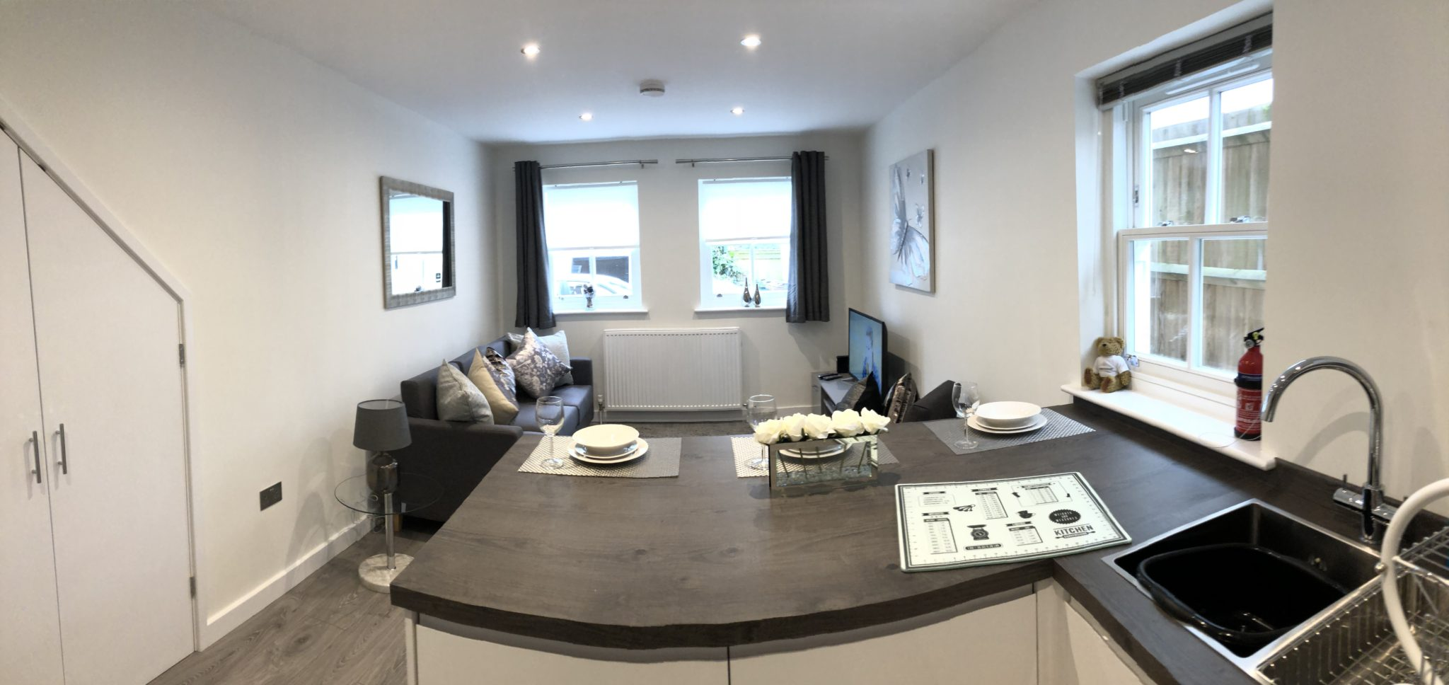 Serviced-Apartments-St-Albans-Hertfordshire-available-now!-Book-Cheap-Short-Let-Apartments-with-Free-Wifi-&-Parking-&-a-Fully-Equipped-Kitchen