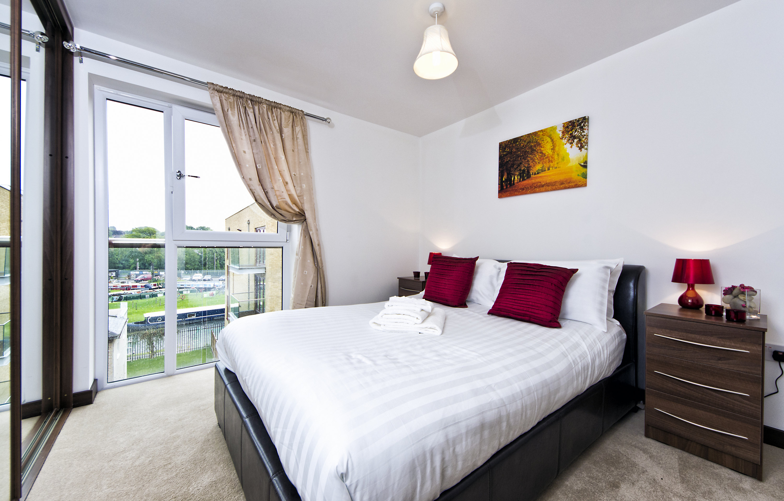 Modern-Uxbridge-Apartments---Kings-Island-Apartments---Book-Today-With-Urban-Stay-For-The-Best-Available-Rates---Free-Wi-Fi---Full-Sky-TV-Package