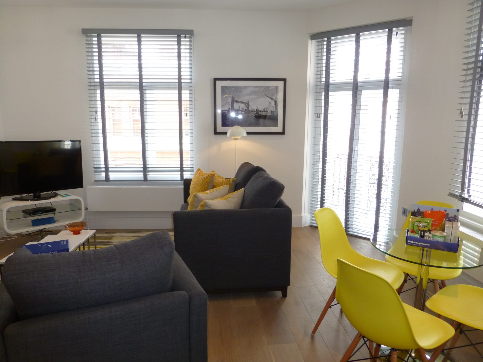 Shaftesbury-Avenue-Serviced-Apartments-London-|Short-Let-Accommodation-Soho,-West-End,-Piccadilly-Circus,-Oxford-Street-|-AVAILABLE-NOW--BOOK-NOW---Urban-Stay