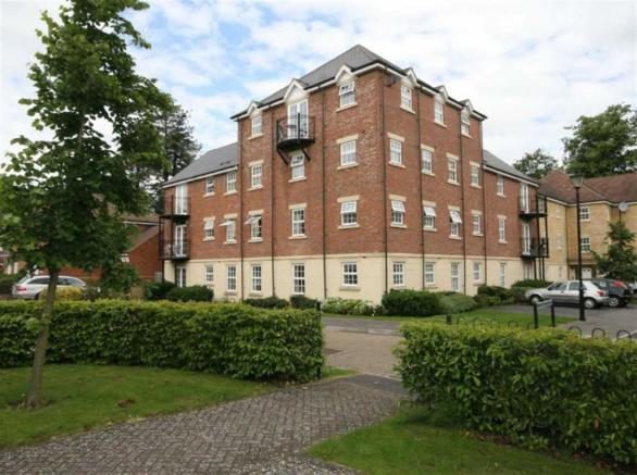Serviced-Accommodation-Newbury-in-Berkshire -Quality-Short-Let-Telford-Court-Apartments- Free-Wi-Fi- -Low-rates-Guaranteed- 0208-6913920 -Urban-Stay