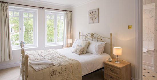 Serviced Accommodation River Thames | Cheap Richmond Bridge Apartments | Free Wi-Fi| Fully Equipped Kitchen | 0208 6913920| Urban Stay