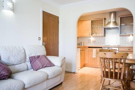 Reading-Serviced-Accommodation-UK|-Cheap-Riverside-House-Apartments-|-Free-Wi-Fi-|-lift|-Fully-Equipped-Kitchen-|0208-6913920|-Urban-Stay
