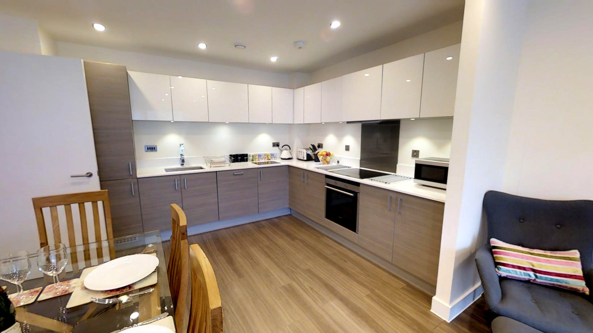 Serviced-Accommodation-Cambridge- Stylish-Short-Let-Apartments- -24h-reception- -Free-Wifi-&-Parking- -Lift- 0208-6913920 -Urban-Stay