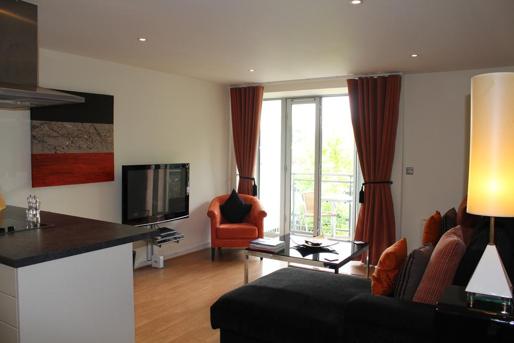 Serviced-Accommodation-Chelmsford-available-now!-Book-Cheap-Luxurious-Baddow-Road-Apartments-with-24h-Reception,-Free-Wifi-&-a-Flat-Screeen-TV-|-Book-Now!