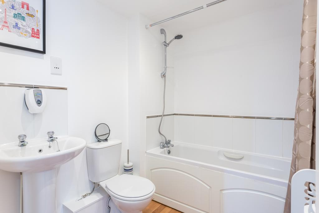 Southend-on-Sea,-Serviced-Accommodation-|-Modern-Let-Apartments-|-Free-Wifi-|-Fully-Equipped-Kitchen-|-|0208-6913920|-Urban-Stay