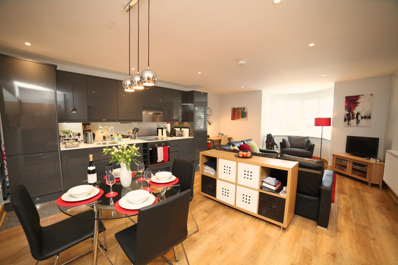 Edwardian Style Short Let Serviced Apartments St Albans | Free Wifi & Parking | Fully Equipped Kitchen|0208 6913920| Urban Stay