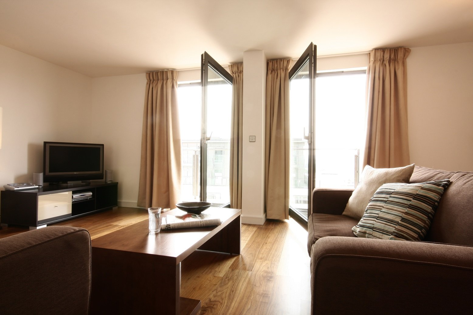 Modern-Serviced-Apartments,-Berkshire,-UK!-HD-TV-with-full-Sky-package,-On-site-Parking-and-Weekly-Housekeeping!-BOOK-NOW-on-+44-208-691-3920-|-Urban-Stay