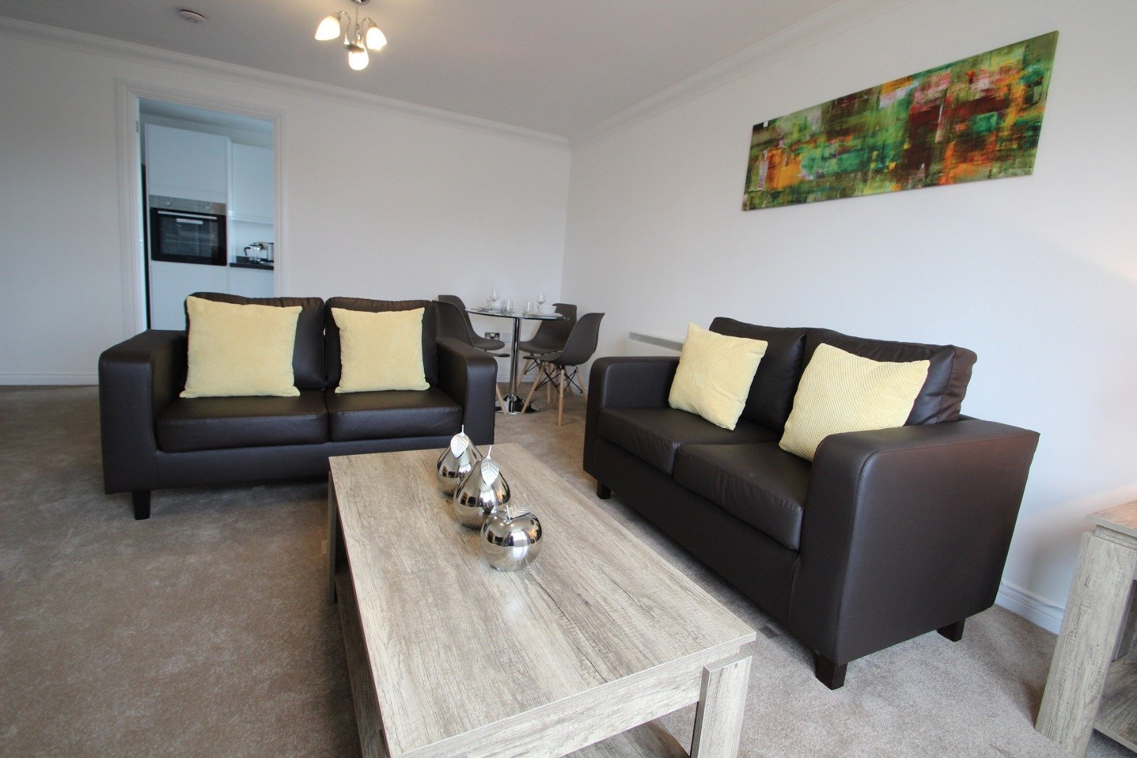 Book-spacious-and-modern-Holiday-Apartments-Windsor,-Berkshire-today-with-Free-Wifi,-On-site-Parking-&-Weekly-Housekeeping-&-benefit-from-the-best-rates-now