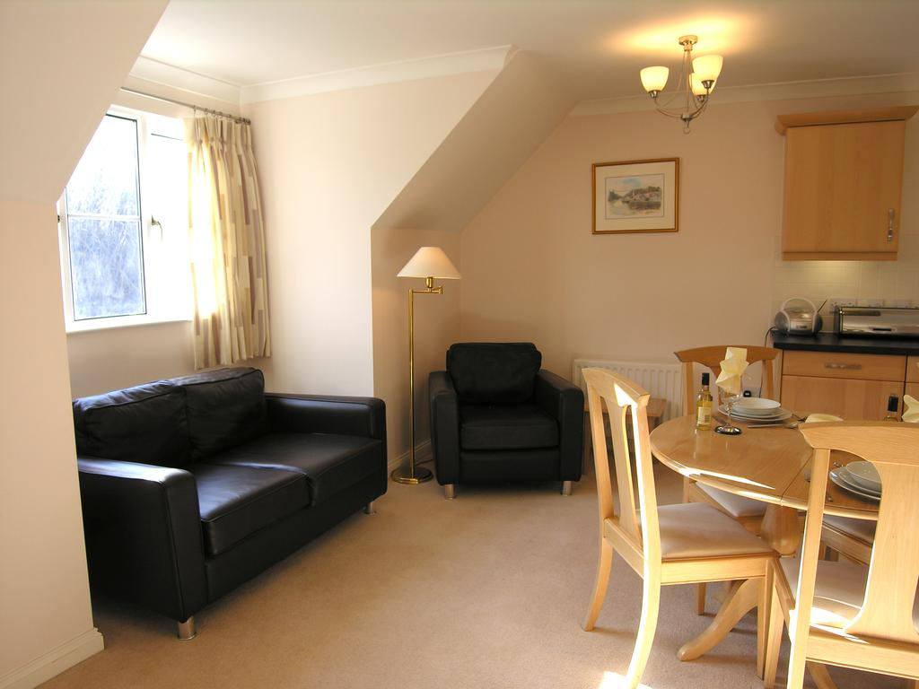 Furnished-Accommodation-Bracknell-available-now!-Book-Cheap-&-Stylish-Bracknell-Gray-Place-Apartments-with-Free-Wi-Fi,-Fully-Equipped-Kitchen-&-Lift.