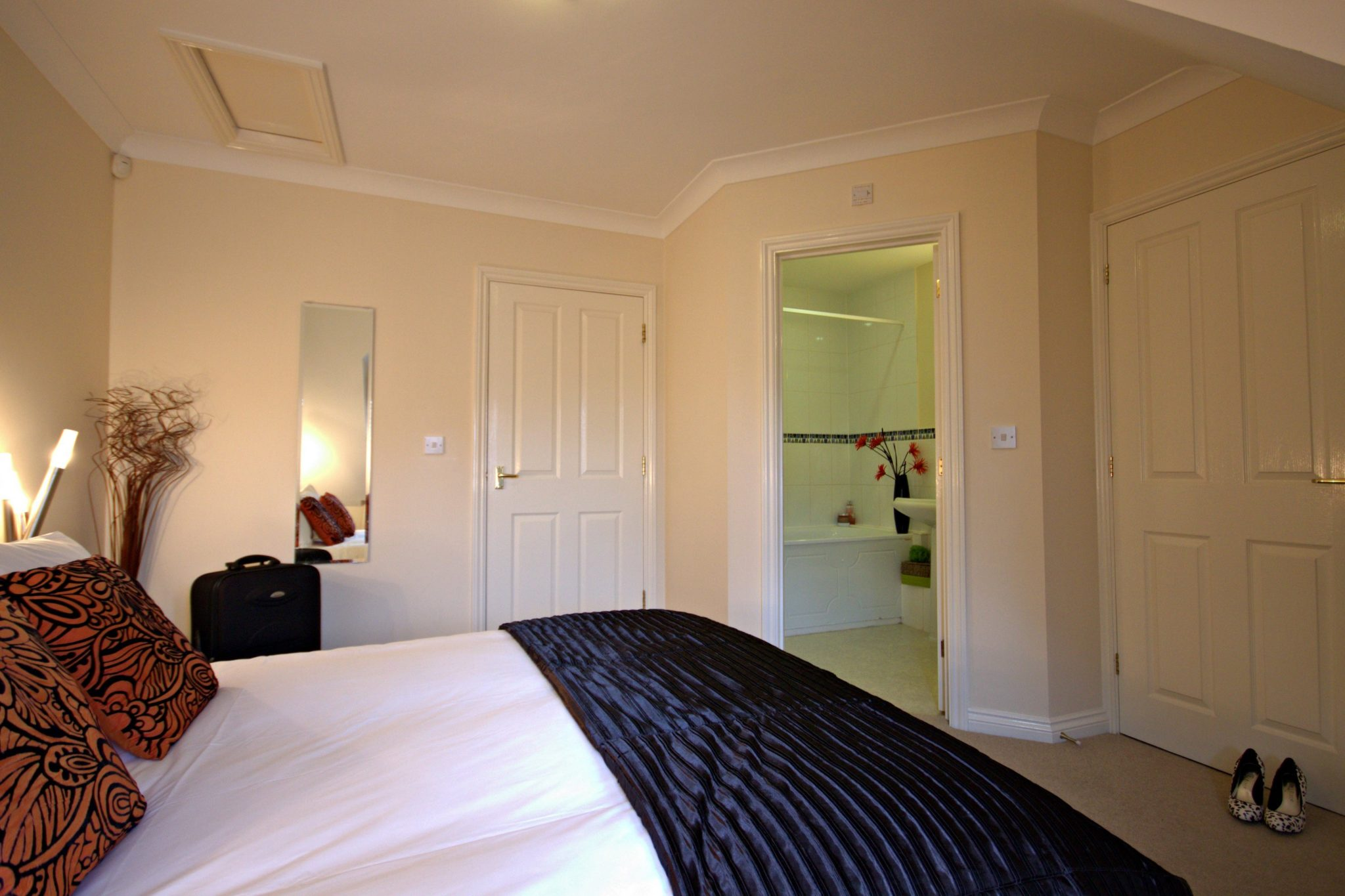 Basingstoke-Serviced-Accommodation-Berkshire-available-NOW!-Book-corporate-Short-Let-Apartments-in-Basingstoke-with-Free-Parking,Sky-TV-&-Wifi-Incl-now!