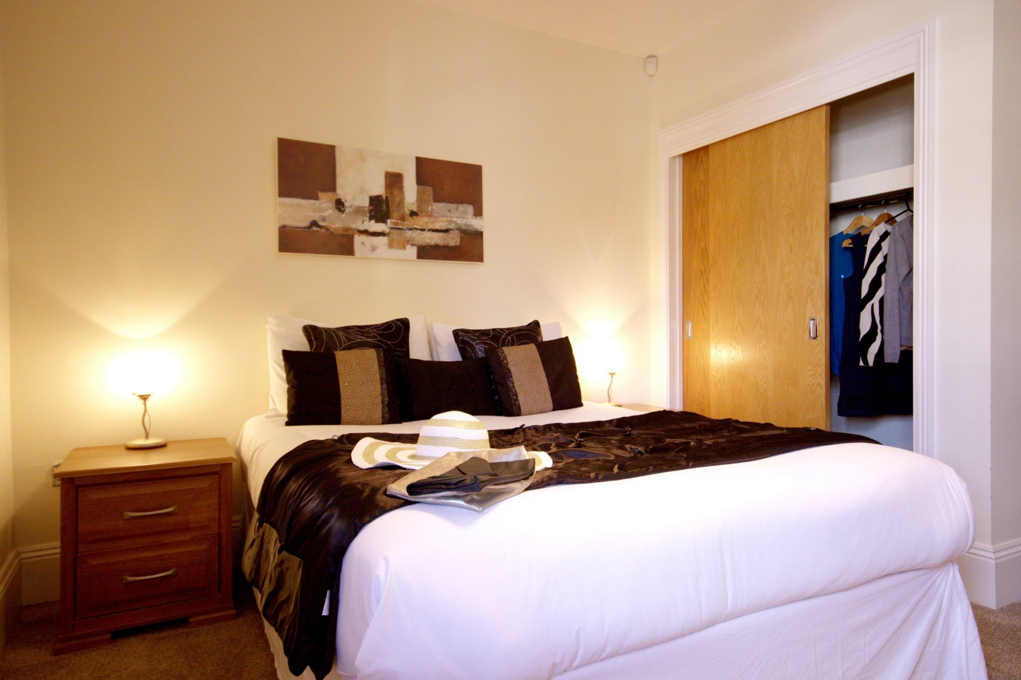 Serviced-Aparthotel-Reading,-Berkshire-available-NOW!-Book-Luxury-Corporate-Apartments-in-Reading-today!-Free-Wifi,-On-site-parking-and-weekly-housekeeping